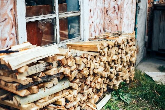 Gehacktes holz in einem holzstapel aufgetürmt und zum heizen im winter vorbereitet.