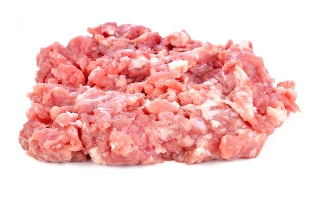Gehacktes schweinefleisch auf weißem hintergrund