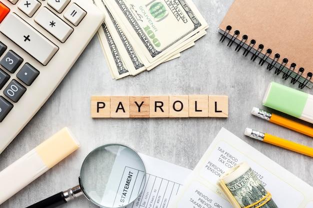 Gehaltsabrechnungskonzept von oben mit artikeln
