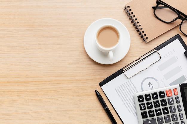 Gehaltsabrechnungskonzept von oben mit dokument
