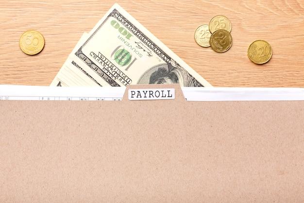 Gehaltsabrechnungsstillleben mit bargeld und münzen