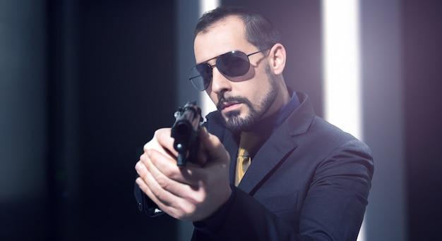 Geheimagent, der eine gewehr hält