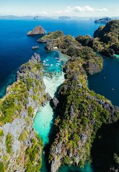 Geheime lagune in el nido. paar genießt zeit im kristallklaren wasser und kajakfahren. konzept über reisen und natur