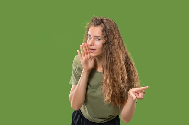 Geheimes klatschkonzept. junge frau flüstert ein geheimnis hinter ihrer hand.