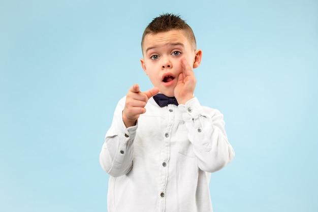 Geheimes klatschkonzept. teen boy flüstert ein geheimnis hinter seiner hand