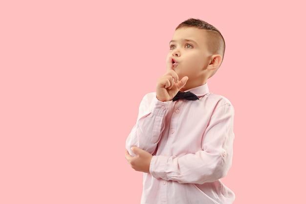 Geheimes klatschkonzept. teen boy flüstert ein geheimnis hinter seiner hand.