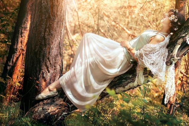 Geheimnisvolle frau im wald. einsames mädchen auf natur