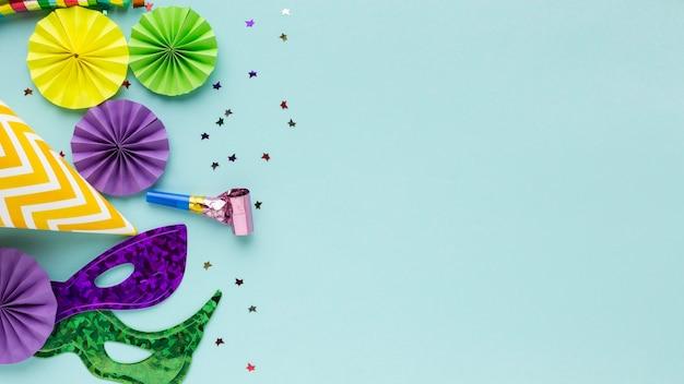 Geheimnisvolle karnevalsmasken und konfetti