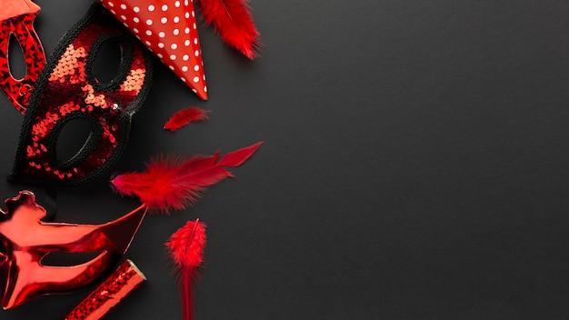 Geheimnisvolle rote masken des karnevalsteufels