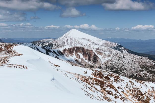 Geheimnisvolle winterlandschaft majestätische berge im winter. winterstraße in den bergen. in erwartung des urlaubs. dramatische winterszene. karpaten
