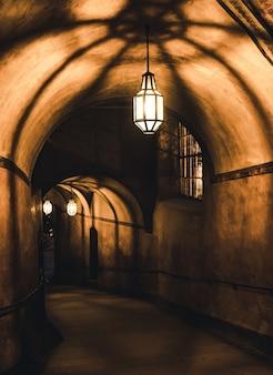 Geheimnisvoller korridor im alten kerker im schloss