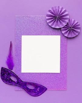 Geheimnisvolles leeres papier der karnevalsmaske mit violettem rahmen