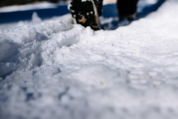 Gehen sie auf einem schneebedeckten pfad. nahansicht