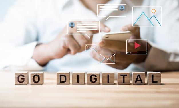 Gehen sie digitale und online-konzepte. neuer trend mit sozialem netzwerk.