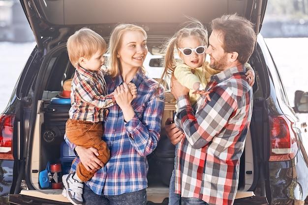 Gehen sie einmal im jahr an einen ort, an dem sie noch nie waren, bevor die familie in der nähe des autos steht