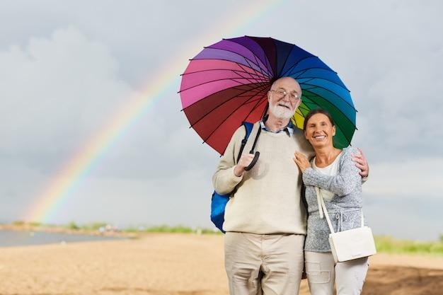 Gehen sie mit regenschirm
