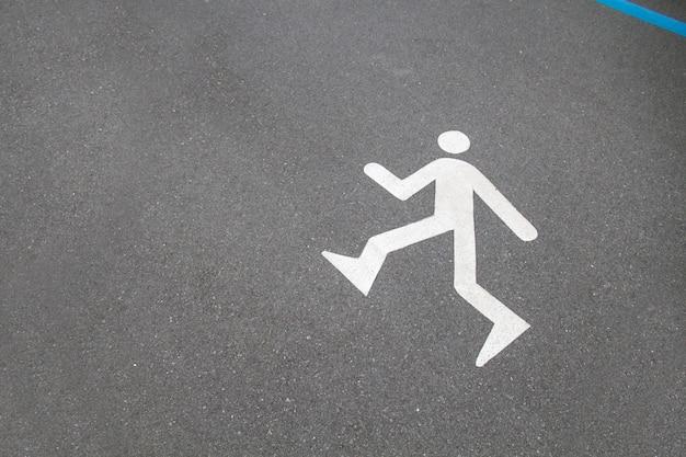 Gehen sie oder laufen sie das zeichen, das auf dem asphalt auf straßenspur für ein laufen und einen gehenden pfad ein zeichen gemalt wird