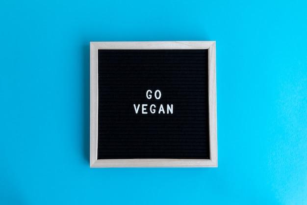 Gehen sie vegan zitattafel auf einem bunten hintergrund