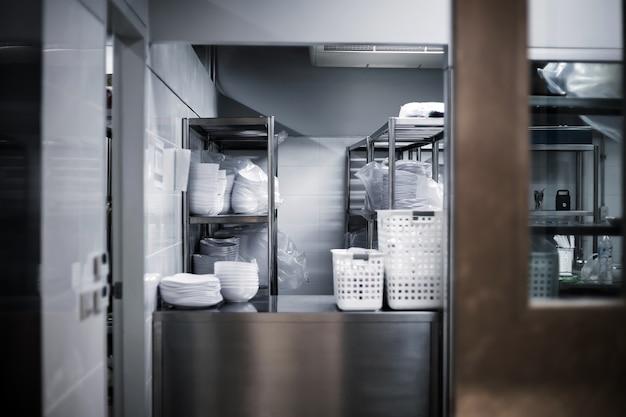 Gehen sie zum küchenzimmer des hotels mit eisentor