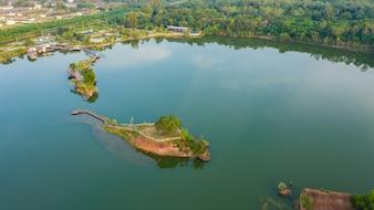 Gehende Brücke der Luft Draufsicht im Fluss auf Insel im Park