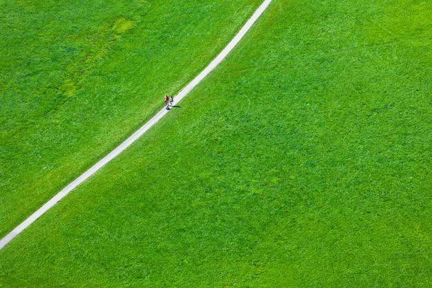 Gehender fußweg auf dem grünen gebiet