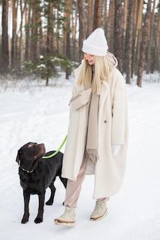 Gehender hund der blonden frau