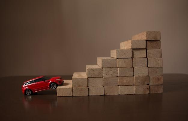 Gehendes auto auf rollentreppeschritt des hölzernen treppenhausstapels, natürlicher heller heller hintergrund