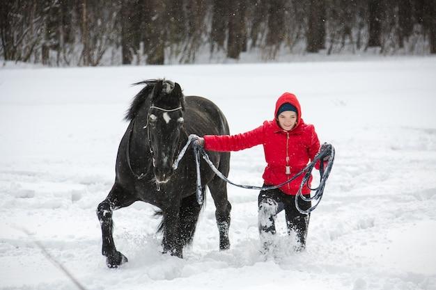 Gehendes pferd der frau auf ausfallschritt