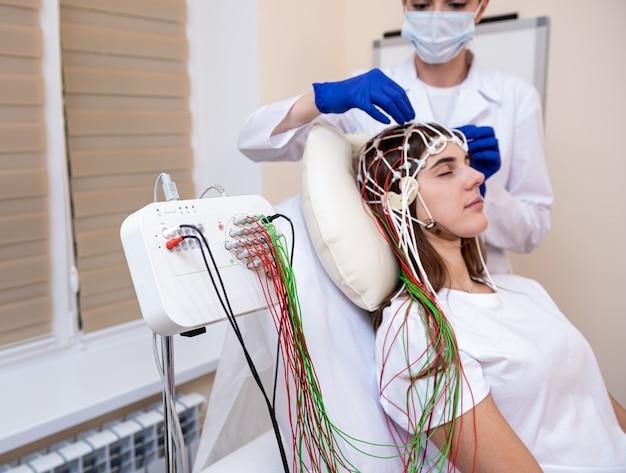 Gehirntests von patienten mit enzephalographie im medizinischen zentrum