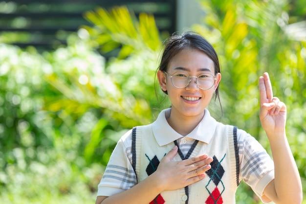 Gehörlose asiatische frau mit gebärdensprache.