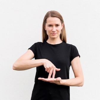 Gehörlose frau, die durch gebärdensprache kommuniziert
