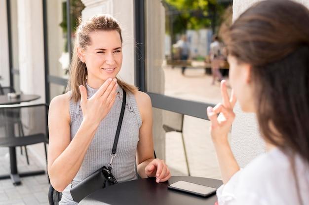 Gehörlose frauen kommunizieren über gebärdensprache