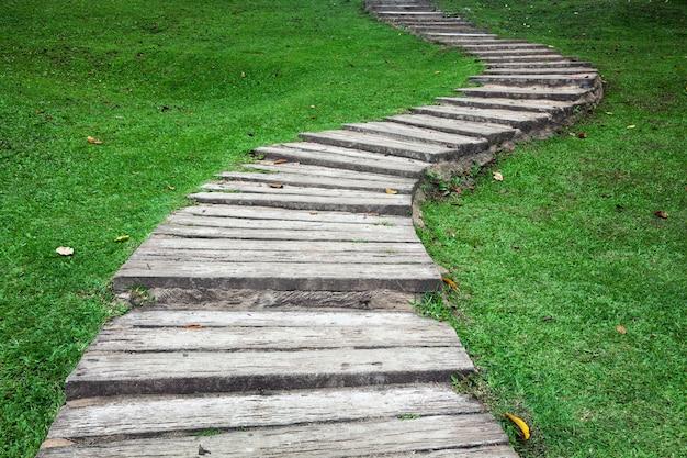 Gehweg auf dem gras im park.