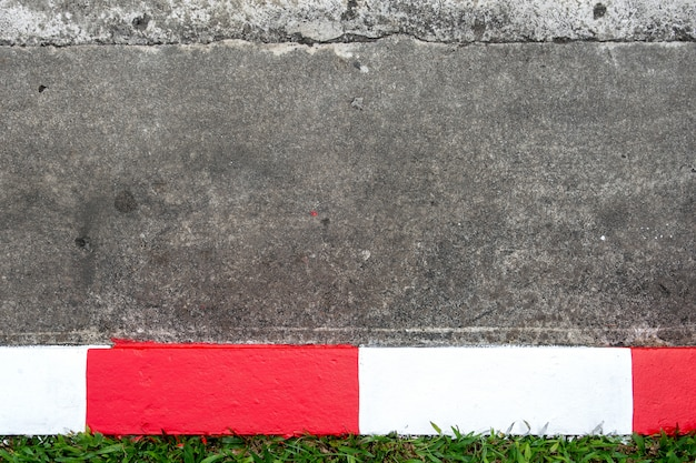 Gehweg und asphaltstraße mit rotem und weißem verkehrszeichen
