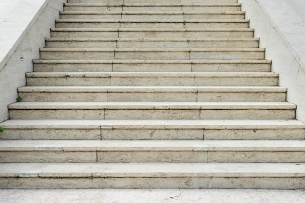 Gehwegstreppe und hintergrundfotovorrat im freien