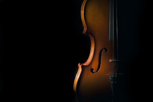 Geige auf einem schwarzen hintergrund mit scheinwerfer