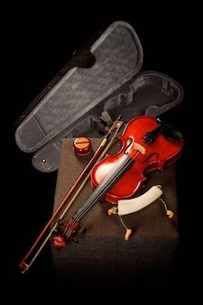 Geige auf seiner speziellen box mit seinem bogen