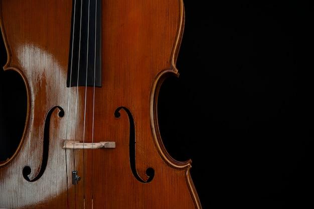 Geige aus holz mit schnüren aus der nähe