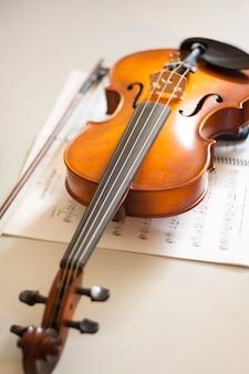 Geige, die sich auf die noten stützt. streichinstrumente. klassisches musikkonzept.