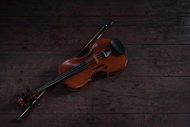 Geige und bogen auf holzbrett, zeigen details des akustischen instruments