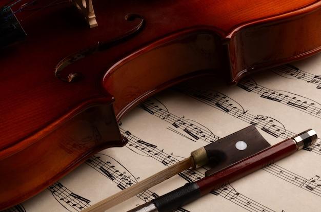 Geige und bogen vor dem hintergrund der musik