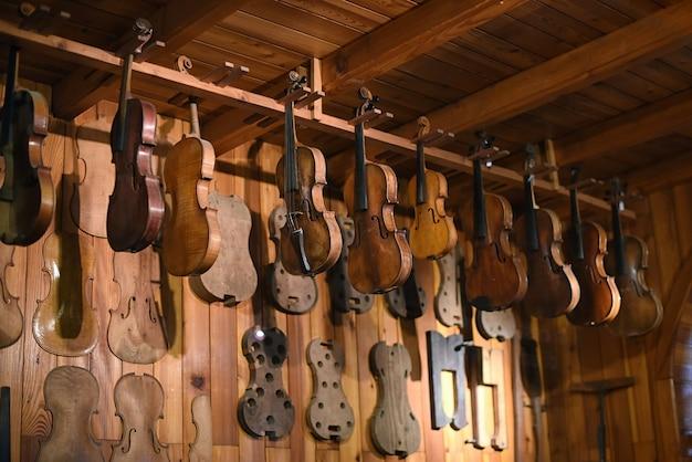 Geigen hängen in geigenbauwerkstatt
