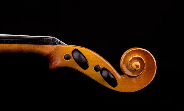 Geigenmusikinstrument der orchesternahaufnahme lokalisiert auf schwarz