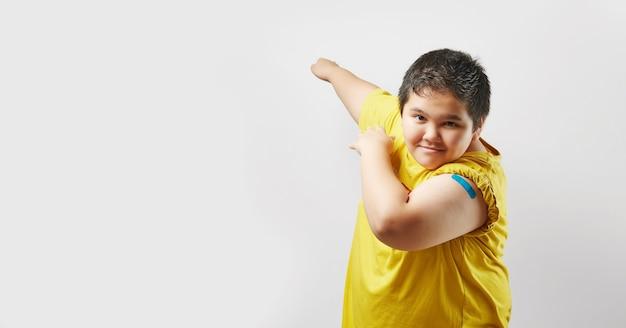 Geimpfter junger mann, der arm nach impfstoffinjektion zeigt