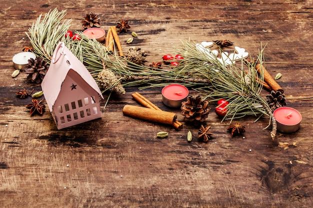 Geist weihnachtsbaum, leuchtturm, kerzen, gewürze, hirsche, zapfen. naturdekorationen, hölzerne bretter der weinlese