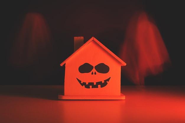 Geister fliegen mit einem bösen lächeln mit einer blutigen tönung durch das haus. halloween-urlaub.