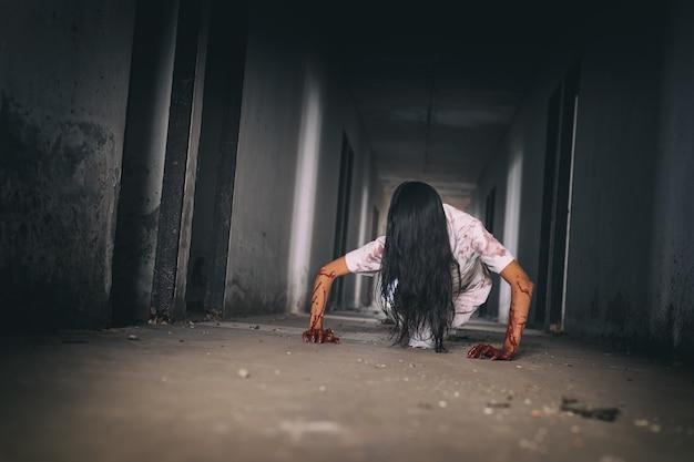 Geister im gebäude sind beängstigender halloween-hintergrund.