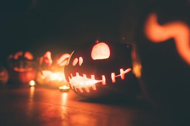 Geisterkürbisse an halloween