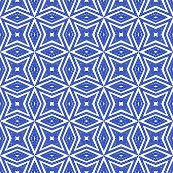 Gekacheltes aquarellmuster. indigo symmetrischer kaleidoskophintergrund. handgemaltes gekacheltes aquarell nahtlos. textilfertiger süßer druck, badebekleidungsstoff, tapete, verpackung.