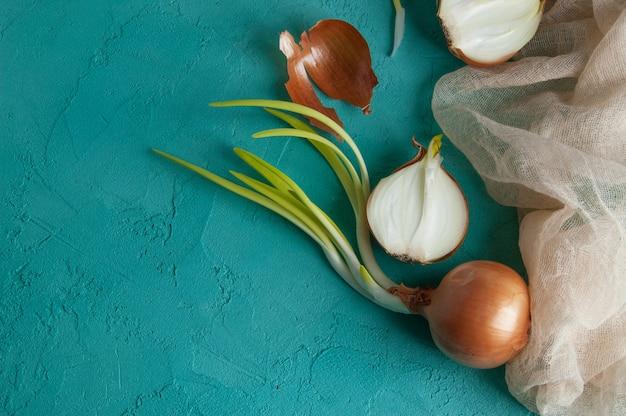 Gekeimte zwiebeln auf türkishintergrund.
